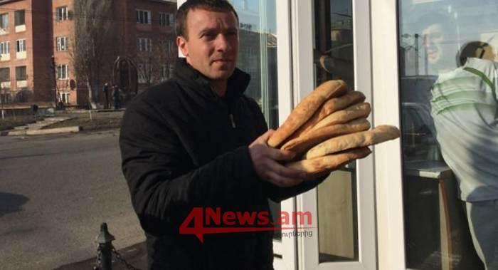 Ամիսներ շարունակ հաց էր բաժանում. Ով է երեկ Գյումրիում բերման ենթարկված  «քոչարյանամետ» երիտասարդը